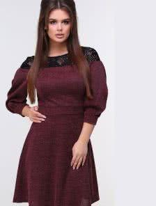 Бордовое теплое трикотажное  платье с кружевной вставкой на плечах