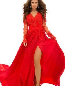Длинное кружевное платье с длинным рукавом и пышной юбкой