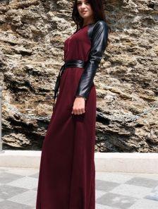 Длинное платье бордового цвета с рукавами их эко-кожи
