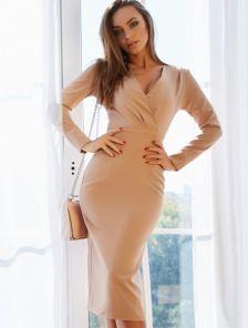 Классическое бежевое платье с длинным рукавом и вырезом