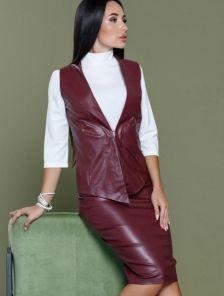 Офисный женский костюм бордового цвета из экокожи