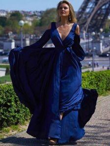 Длинное синее платье из шелка с открытыми плечиками и разрезом