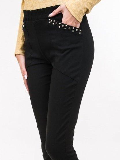 Черные облегающие брюки с накладными карманами и граненными бусинами