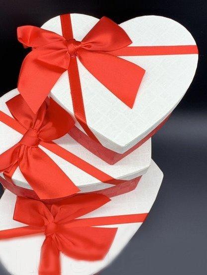 Бело-красная подарочнаякоробка в форме сердца, фото 1