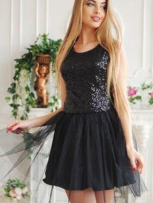 Короткое черное платье с паетками и пышной юбкой без рукава