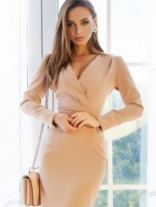 Платье-футляр V-образным вырезом на запах в бежевом цвете