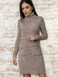 Теплое вязаное платье цвета мокко с карманами украшенными бусинами