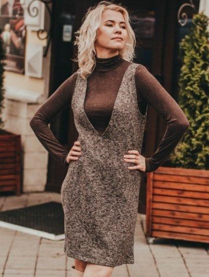 Теплое текстурное платье-сарафан в коричневом цвете, фото 1