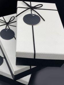 Бело-черная подарочная прямоуголная коробка с бантом