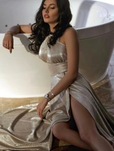 Вечернее блестящее серебристое платье с разрезом