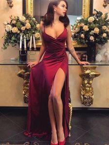 Вечернее платье цвета марсала с глубоким декольте на запах