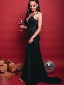 Длинное платье со шлейфом и глубоким декольте декорированным полупрозрачной тканью