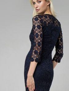 Кружевное платье-футляр темно-синего цвета