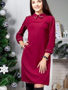 Бордовое короткое платье с украшением в виде жемчуга