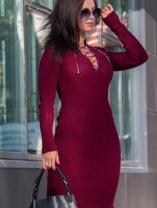 Повседневное вязаное платье с шнуровкой на декольте