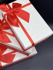 Бело-красная подарочная прямоуголная коробка с бантом
