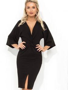 Черное платье длины миди с глубоким V-образным декольте