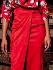 Стильная юбка миди с имитацией запаха в красном цвете