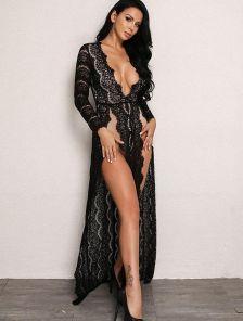 Вечернее платье в черном цвете с глубоким вырезом в белом цвете на подкладке