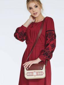 Бордовое платье длины миди под пояс с вишивкой на рукавах