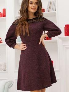 Бордовое платье с кружевной вставкой