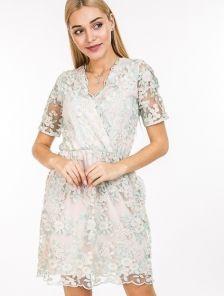 Нежное платье с цветочной вышивкой