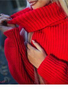 Красный свитер оверсайз с широкий горловиной