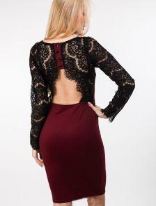 Элегантное платье-футляр с кружевом и открытой спинкой в бордовом цвете