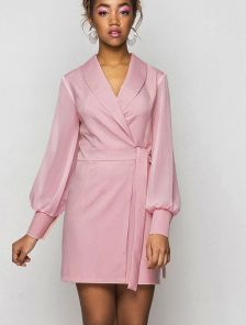 Короткое пудровое платье с запахом и с шифоновыми длинными рукавами