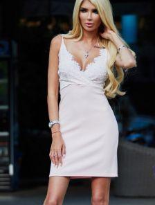 Короткое кружевное светлое платье футляр с глубоким вырезом
