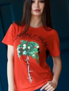 Красная футболка с рисунком и крупными пайетками