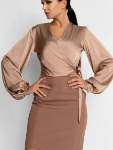 Бежевое короткое комбинированное платье с двух тканей и блузой с имитацией запаха