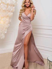 Вечернее атласное пудровое платье с декольте