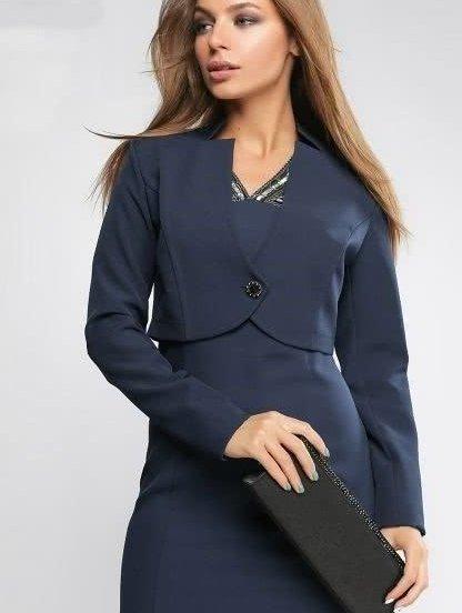 Женский деловой костюм: офисное платье и короткий пиджак, фото 1