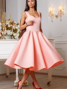 Розовое платье-миди на широких брителях с юбкой солнце-клеш