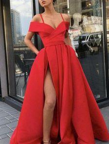 Нарядное красное платье с запахом и окрытыми плечами