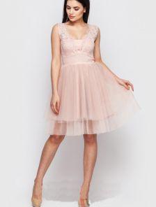 Светлое короткое кружевное платье с фатиновой юбкой