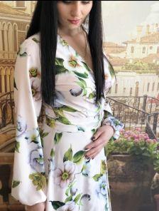 Длинное светлое нарядное платье с цветами