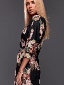 Чорное нарядное платье миди с цветами и рукавом летучая мышь