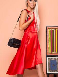 Короткое красное атласное платье без рукавов с расклешенной юбкой