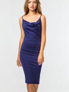 Синее силуэтное платье на брителях со складкой на груди