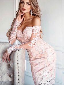Светлое кружевное платье с открытыми плечами на длинный рукав