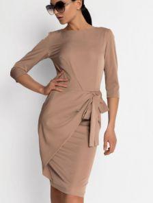 Бежевое классическое платье с рукавом 3/4 с имитацией запаха
