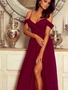 Бордовое длинное платье с открытыми плечами и вырезом