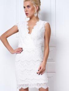 Вечернее белое кружевное платье футляр без рукавов