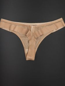 Мини-стринги бежевого цвета незаметные под одеждой