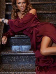 Бордовое нарядное платье с рукавом