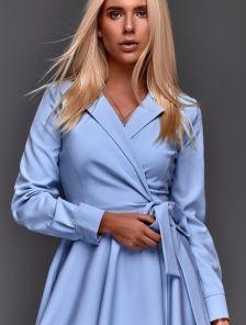 Голубое короткое платье в пудровом оттенке с пышной юбкой на запах