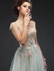 Вечернее длинное платье с вышитыми гладью аппликациями на прозрачной сетке