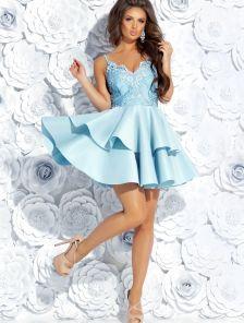 Голубое короткое платье с пышной юбкой